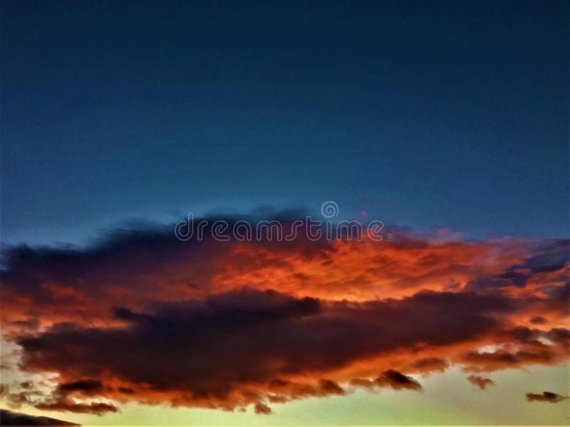 Sombras de colores, de nubes, de la naturaleza, de la puesta del sol, de la inspiración y de las formas imagenes de archivo