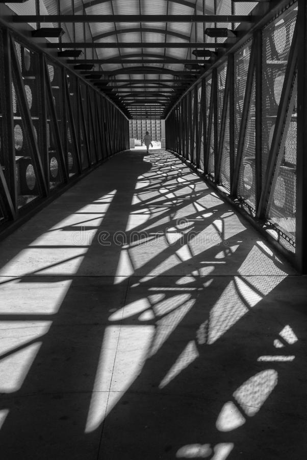 Sombras de la calzada peatonal, blancos y negros imagen de archivo