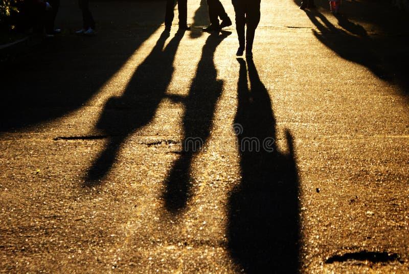 Sombras de la gente en el camino imagenes de archivo
