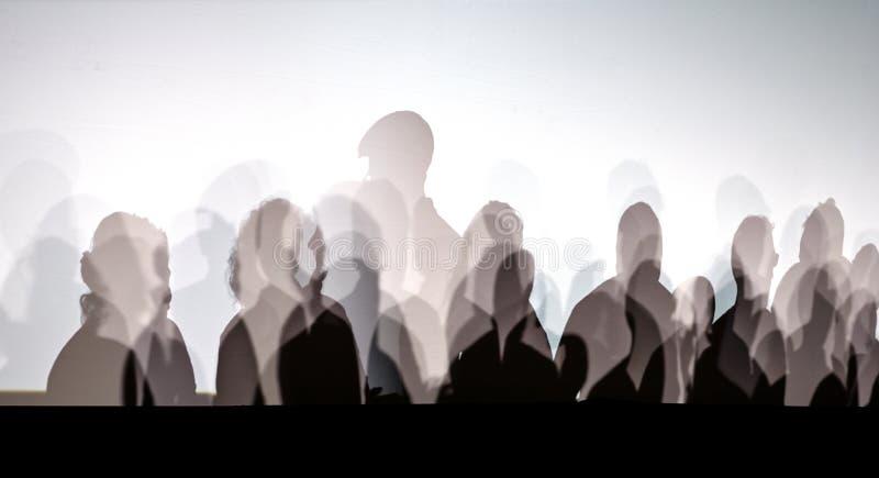 Sombras de la gente en la pared blanca foto de archivo