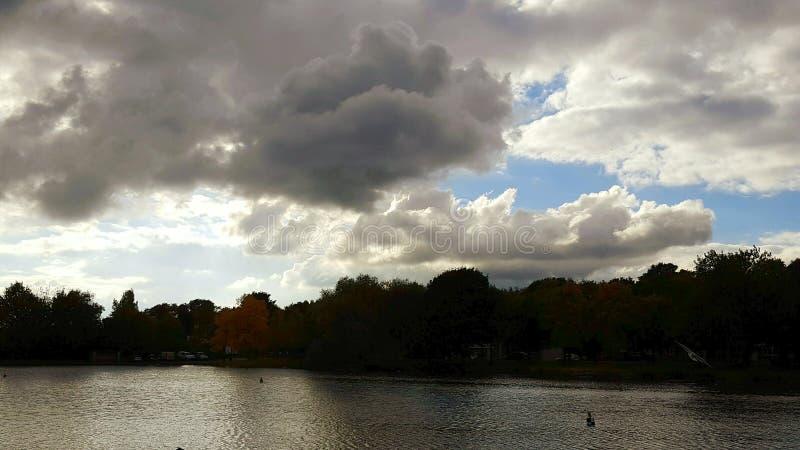 Sombras de la orilla del lago imagenes de archivo