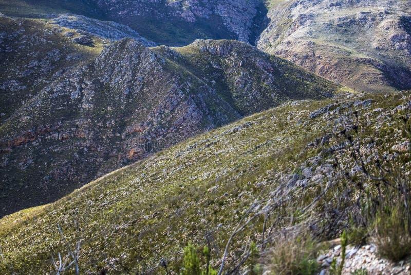 Sombras de las nubes sobre una cordillera masiva - Somerset West, Western Cape, Suráfrica imagen de archivo libre de regalías
