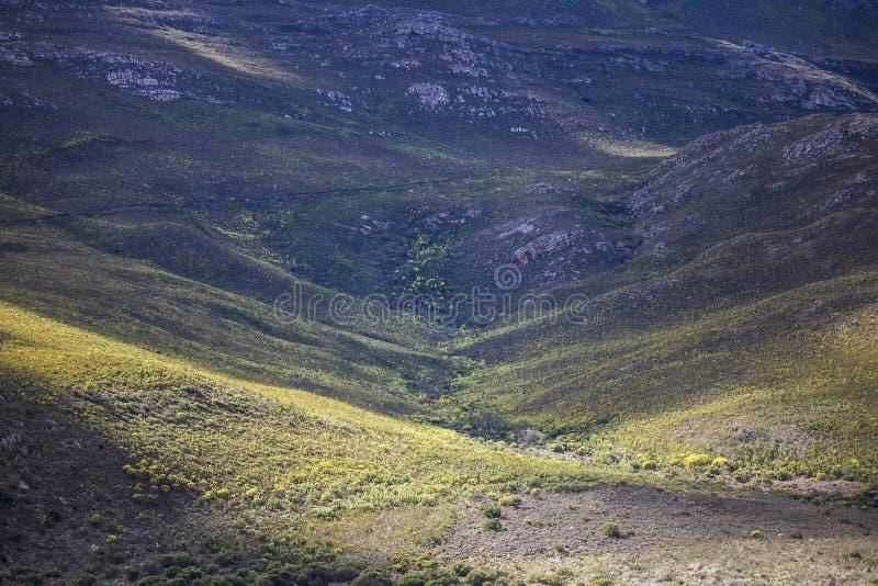 Sombras de las nubes sobre una cordillera masiva - Somerset West, Western Cape, Suráfrica imagen de archivo