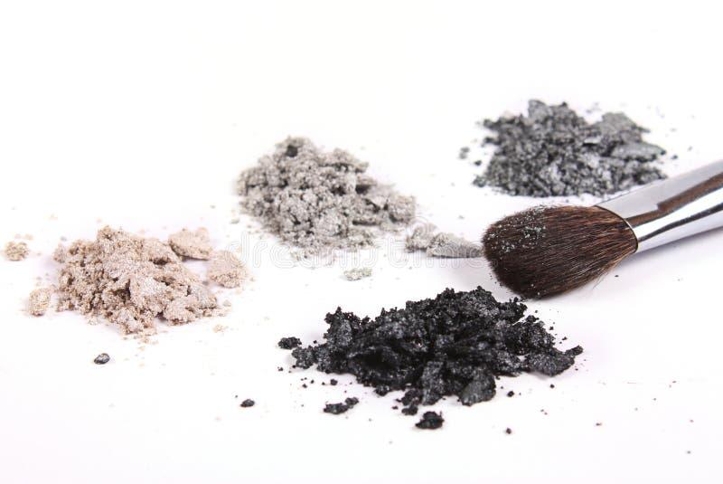 Sombras de los cosméticos y cepillo del maquillaje imágenes de archivo libres de regalías