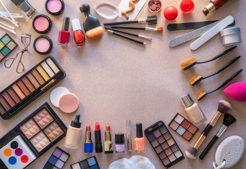 Sombras de ojos de la barra de labios del maquillaje de los cosméticos fotografía de archivo