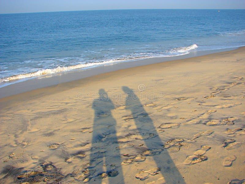 Sombras de pares en Sandy Beach imagenes de archivo