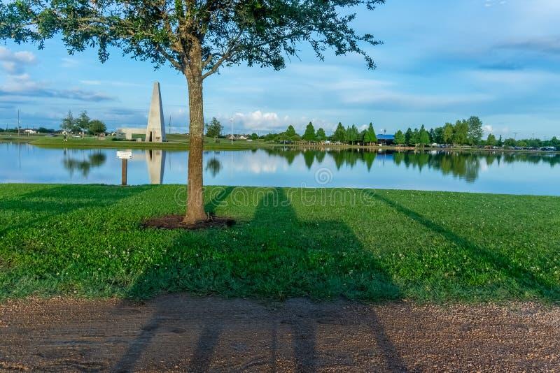 Sombras de reclinación en el parque fotografía de archivo libre de regalías