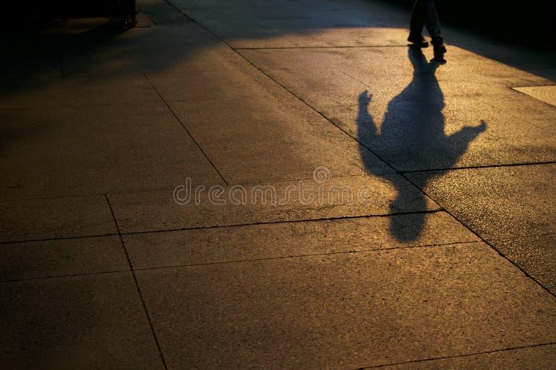 Sombras do homem andando fotos de stock royalty free