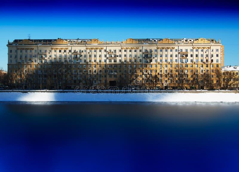Sombras dramáticas en el contexto del edificio histórico de Moscú fotos de archivo