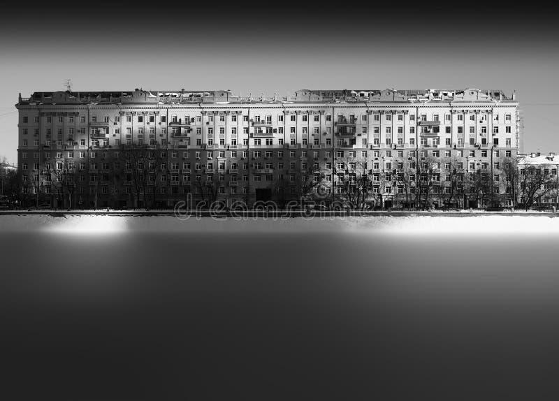 Sombras dramáticas en el contexto del edificio histórico de Moscú imágenes de archivo libres de regalías