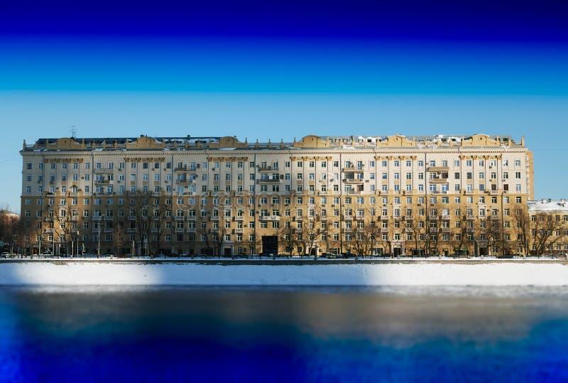 Sombras dramáticas en el contexto del edificio histórico de Moscú foto de archivo
