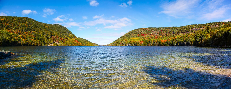 Sombras e água rippling da lagoa longa no outono foto de stock