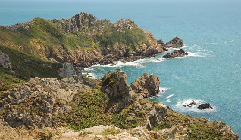 Sombras e luz solar na costa de Guernsey foto de stock royalty free