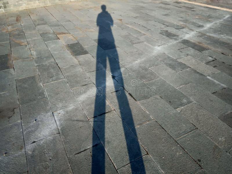 Sombras e silhuetas dos povos em uma cidade fotos de stock