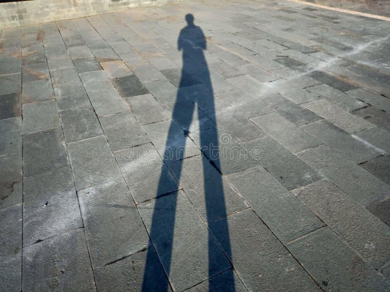 Sombras e silhuetas dos povos em uma cidade fotografia de stock royalty free