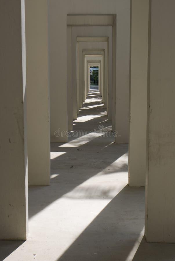 Sombras em uma passagem fotografia de stock