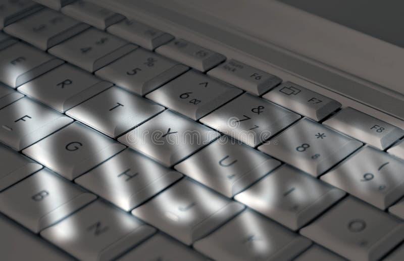 Sombras en el teclado de la computadora portátil ilustración del vector