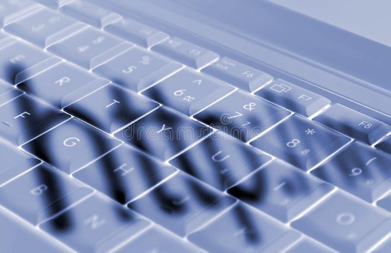 Sombras en el teclado de la computadora portátil fotografía de archivo