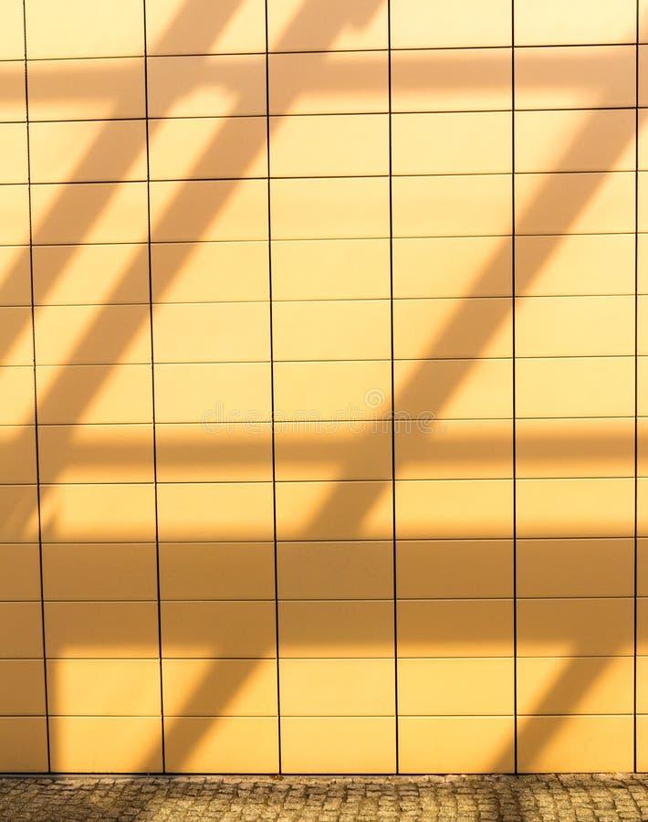 Sombras en fondo tejado anaranjado de la pared. Copyspace en blanco. Real. imagen de archivo libre de regalías