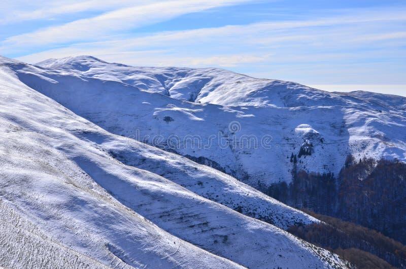 Sombras en la montaña imagen de archivo