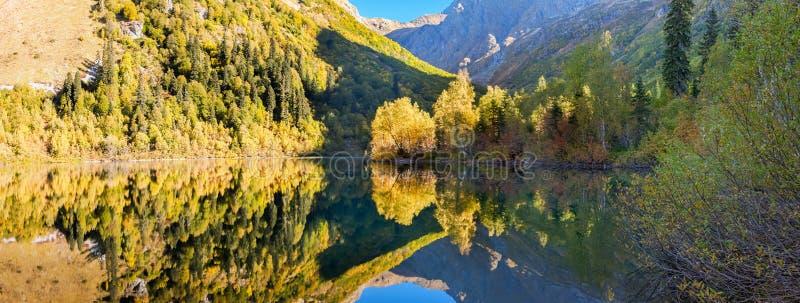 Sombras incomuns da manhã nas montanhas do lago Kardyvach Sochi, Rússia foto de stock