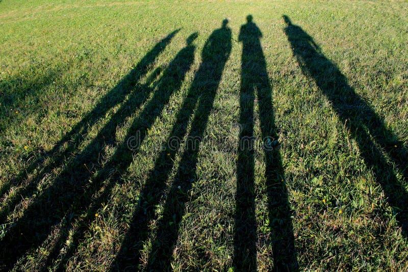 Sombras longas da família foto de stock