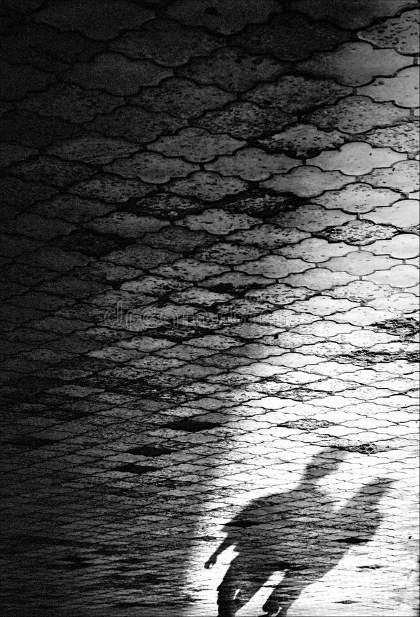 Sombras na rua da cidade fotografia de stock