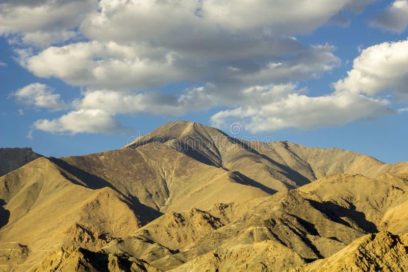 Sombras nas inclinações das montanhas do deserto na noite fotografia de stock