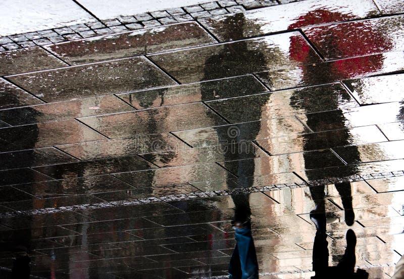 Sombras reflejadas en un día lluvioso fotos de archivo libres de regalías