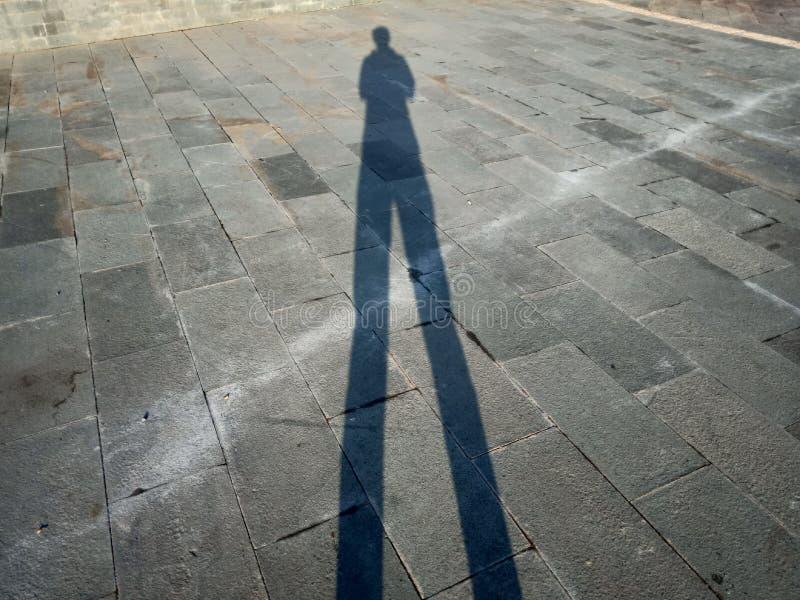 Sombras y siluetas de la gente en una ciudad imagenes de archivo