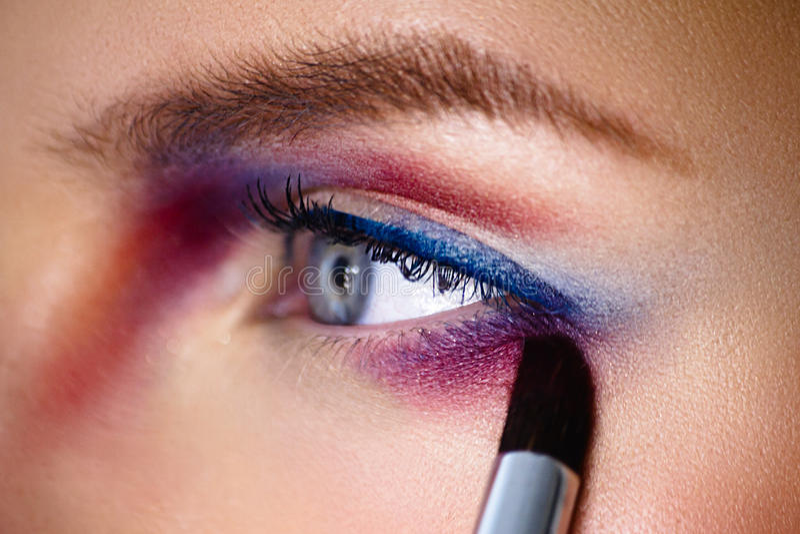 Sombreador de ojos applaying del color del artista de ПMake-up con el cepillo primer p imagenes de archivo
