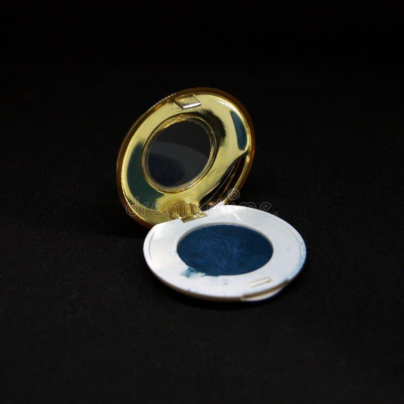 Sombreador de ojos azul en fondo negro fotos de archivo