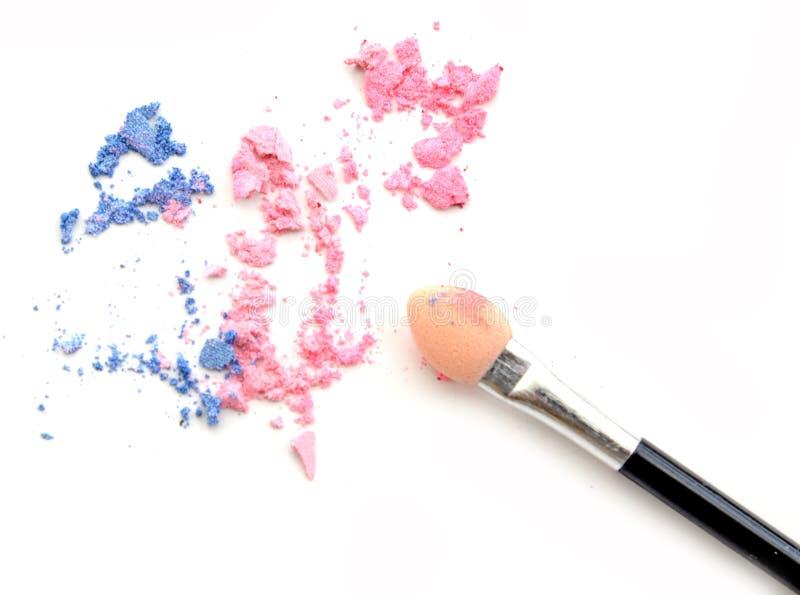 Sombreadores de ojos en colores pastel machacados del tono con el cepillo aislado en el fondo blanco imagen de archivo libre de regalías