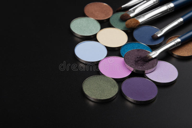 Sombreadores de ojos púrpuras con el cepillo imagenes de archivo