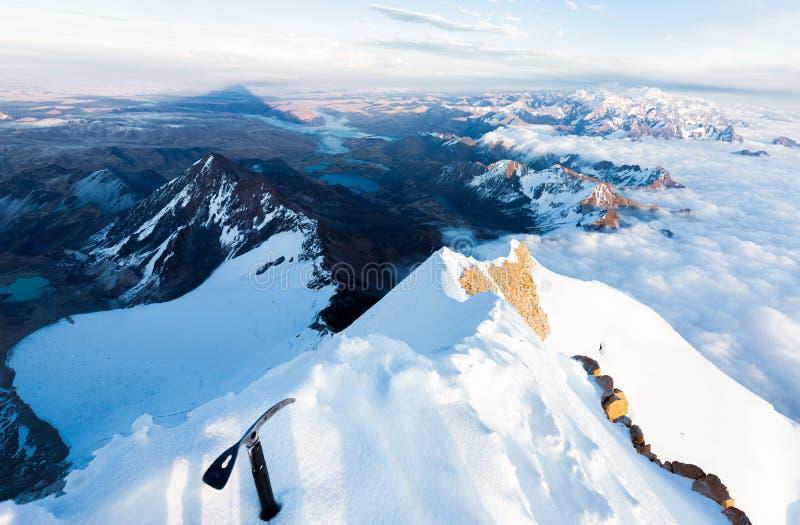 Sombree las nubes Huayna turismo de Potosi, Bolivia del bastón de alpinista del canto del pico de montaña fotos de archivo libres de regalías