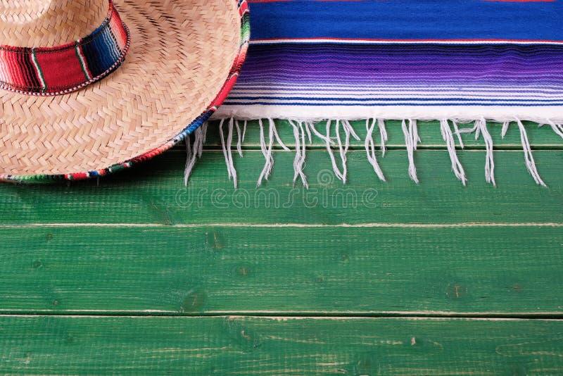 Sombreiro de madeira verde velho do mexicano do fundo do de Mayo do cinco de México foto de stock