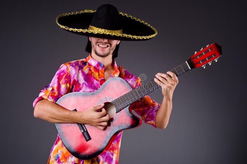 Sombreiro vestindo do homem imagens de stock