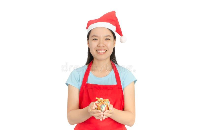 Sombrero asiático de Santa Claus del desgaste de mujer en el fondo blanco foto de archivo