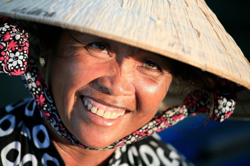 Sombrero cónico de hoja de palma que lleva de la mujer, Vietnam. imagen de archivo