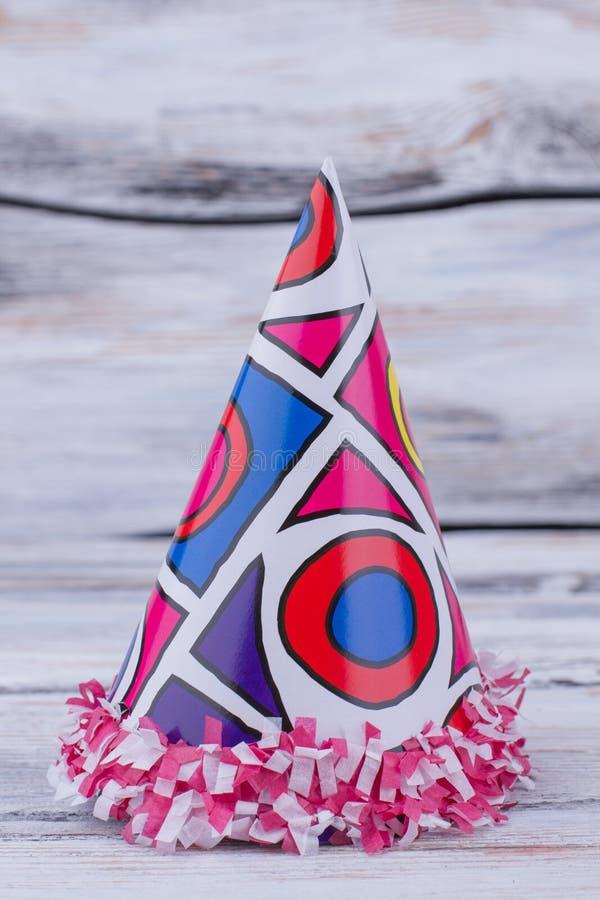 Sombrero colorido del partido en fondo de madera fotos de archivo