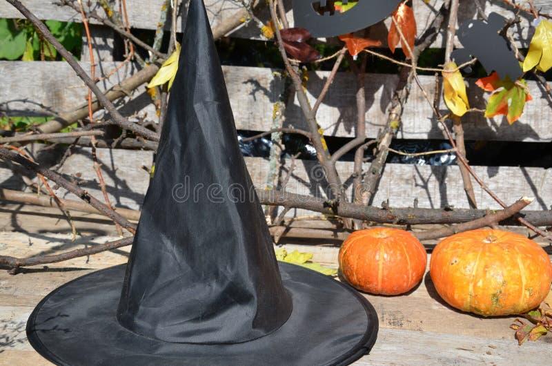 Sombrero de la bruja encendido con una calabaza para Halloween fotos de archivo libres de regalías