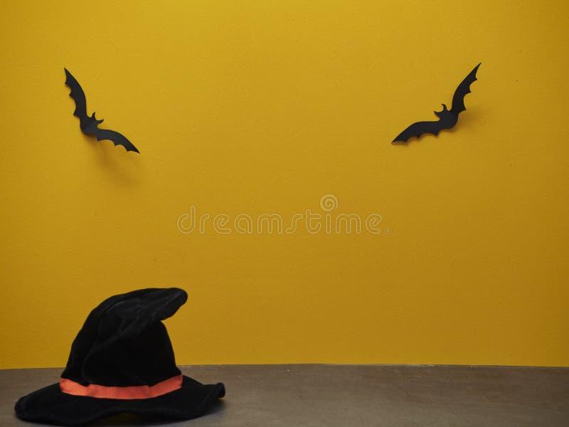 Sombrero de la bruja de Halloween y palo negro imagen de archivo