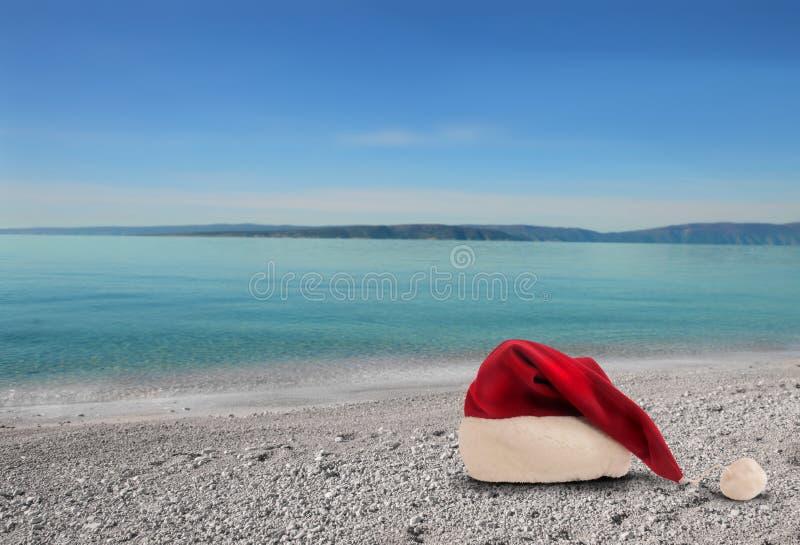 Sombrero de la Navidad en la playa imágenes de archivo libres de regalías
