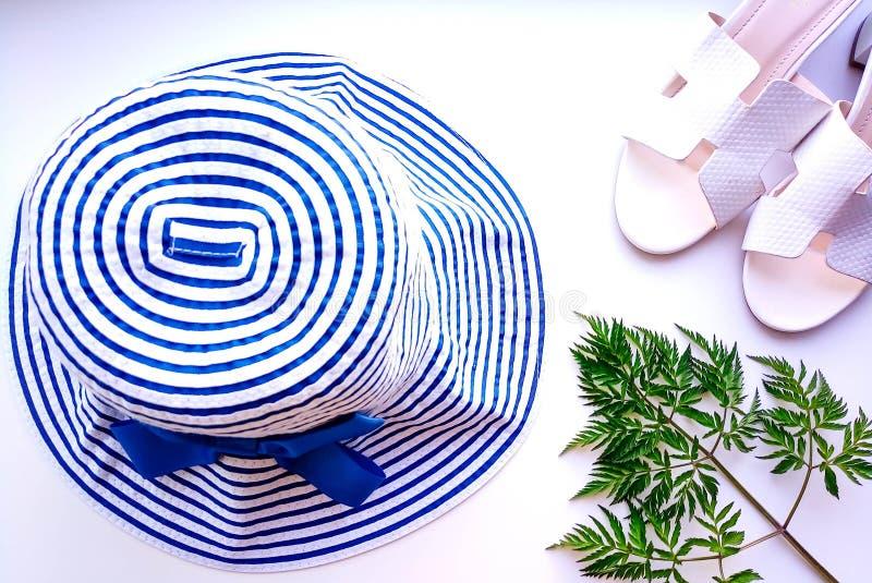 Sombrero de la playa a partir de las vacaciones del sol fotos de archivo libres de regalías