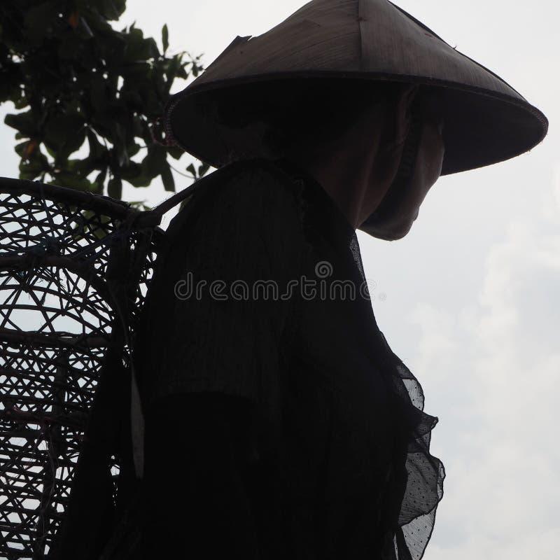 Sombrero de las mujeres mayores de Mentawai Siberut Indonesia tradicional fotos de archivo libres de regalías