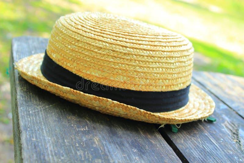 Sombrero de paja amarillo imagenes de archivo