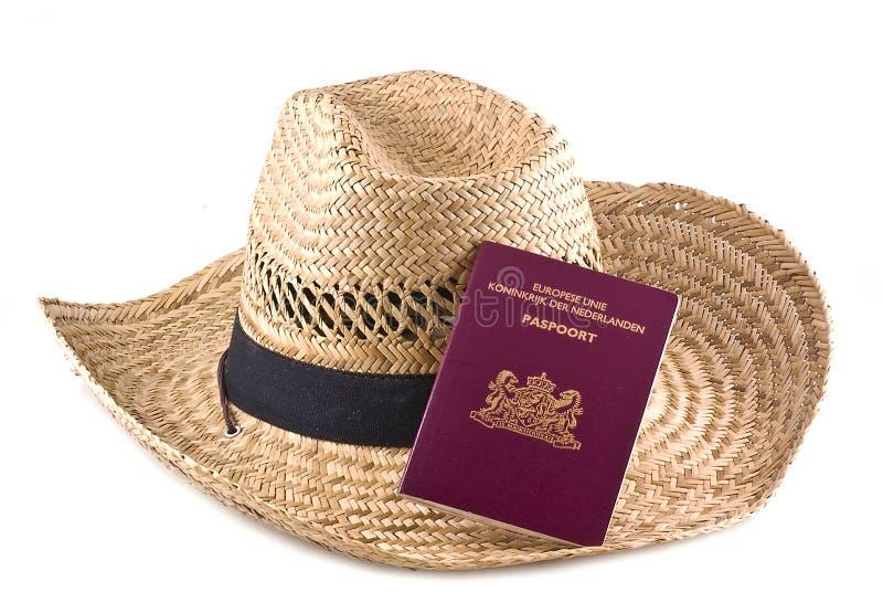 Sombrero de paja con el pasaporte europeo. fotos de archivo