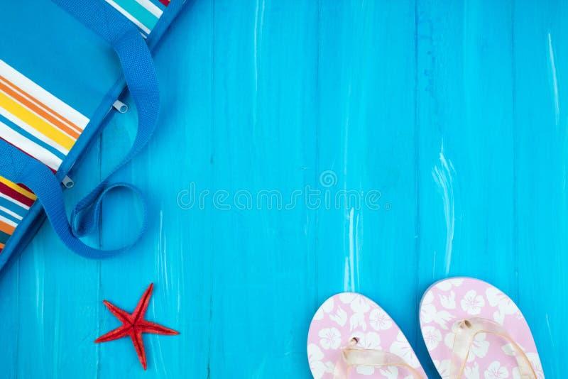 Sombrero de paja, gafas de sol y deslizadores de la playa, bolso del verano en la madera, fondo del verano Visi?n superior fotos de archivo
