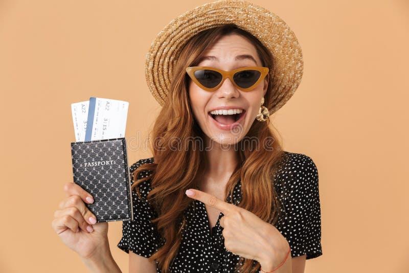 Sombrero de paja de la mujer 20s y gafas de sol que llevan emocionados atractivos SM imagenes de archivo