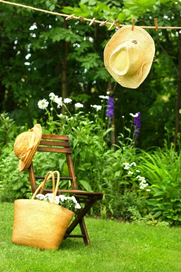 Sombrero de paja que cuelga en cuerda para tender la ropa fotografía de archivo libre de regalías